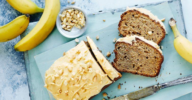 Um bolo de aveia e banana sem açúcar, preparado em 5 minutos