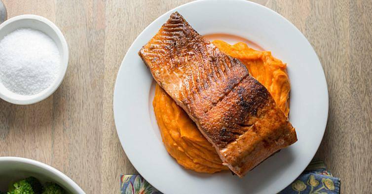 O saboroso e saudável salmão grelhado com puré de batata doce