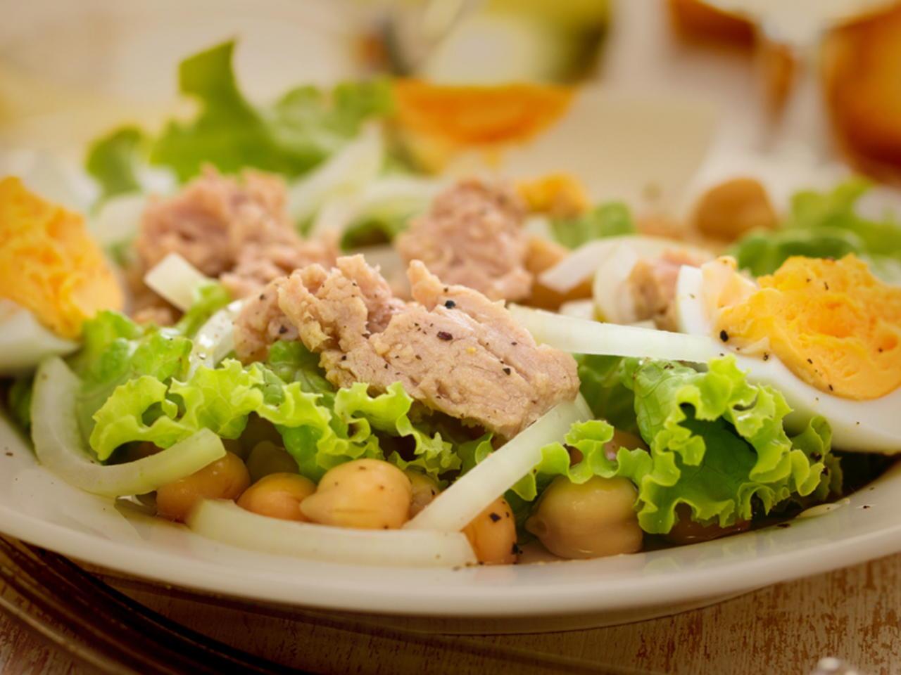Tem mesmo de provar esta salada de grão e atum