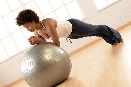 3 exercícios de Pilates para acabar com as dores na coluna
