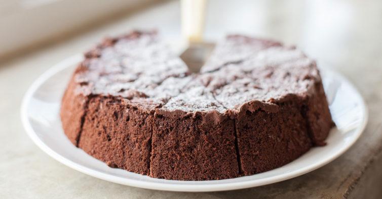 O incrível e saudável bolo de chocolate feito com 4 ingredientes