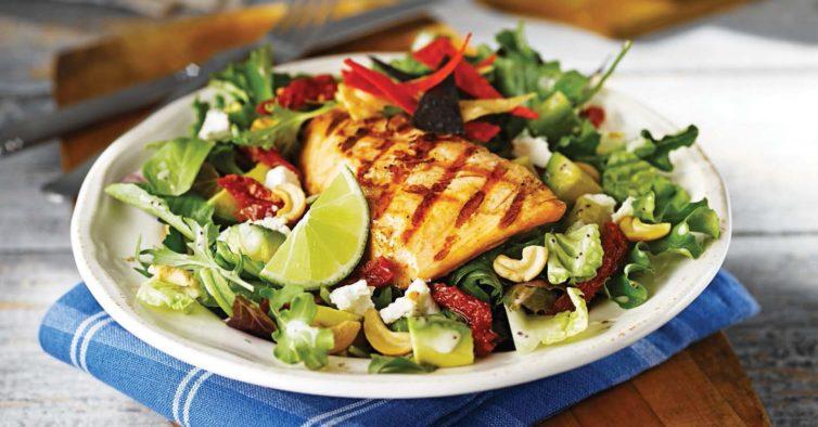 Tem mesmo de provar este salmão crocante com salada grega