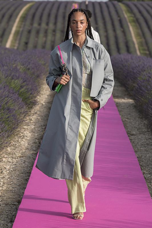 Jacquemus celebra 10 anos com desfile em campo de alfazema