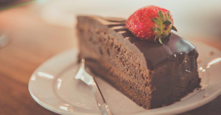 Colheres ao ar: chegou a torta mousse de chocolate low carb