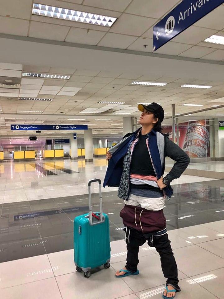 Mulher veste 2.5 KG de roupa  para não pagar excesso de bagagem