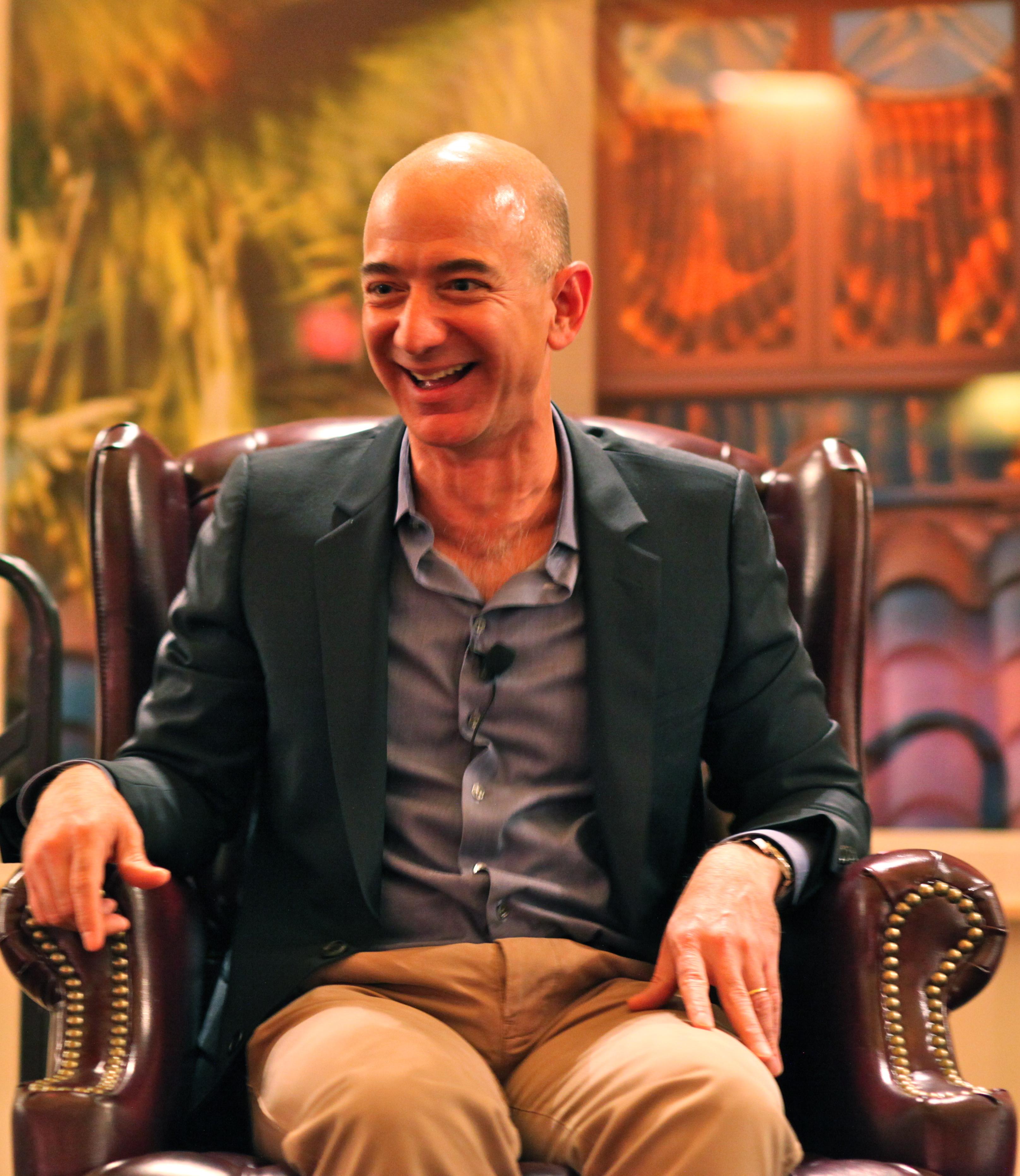 """Jeff Bezos """"devolve trono"""" a Bill Gates"""