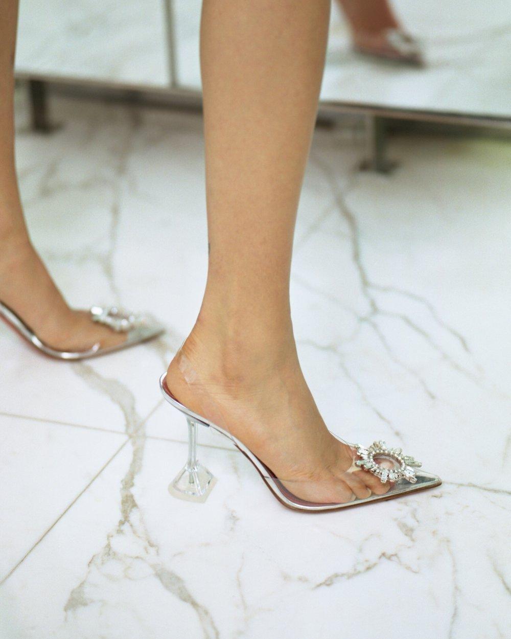 Amina Muaddi: a designer de sapatos que viraram HIT pelos saltos geométricos