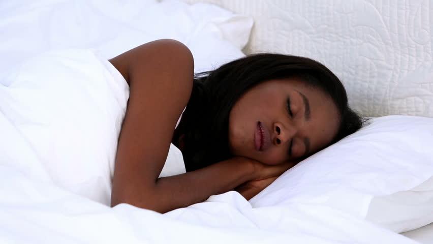 Tem dificuldades em encontrar uma posição para dormir?
