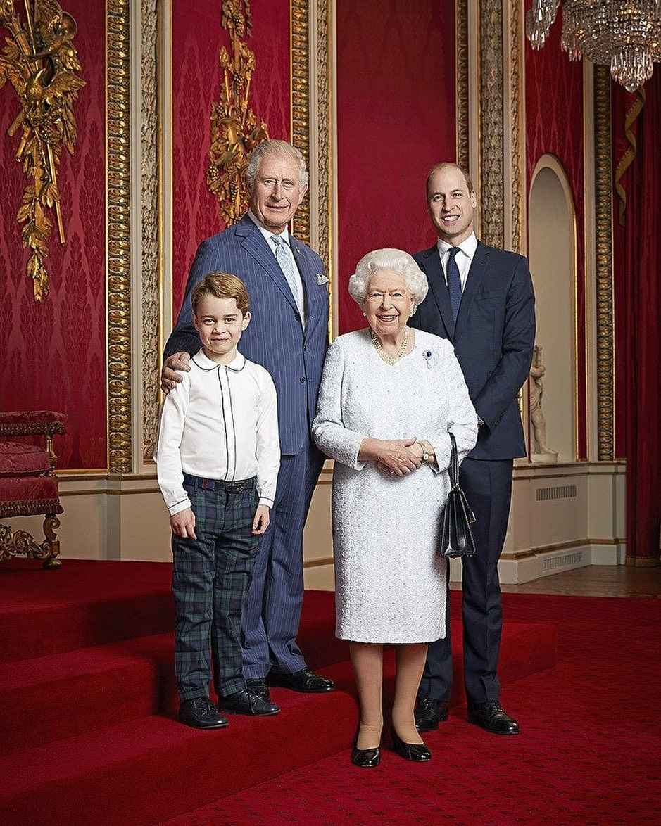 Família real britânica reúne 4 gerações em fotografia que marca início da nova década.