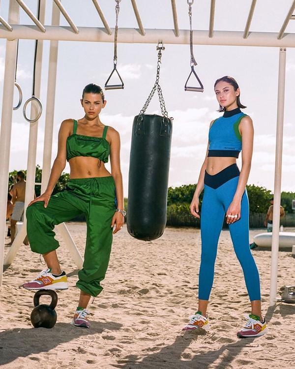 New Balance e Staud lançam colecção de activewear