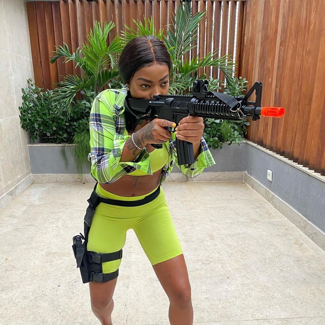 Ludmilla ensaia papel de agente da polícia para série da Globo