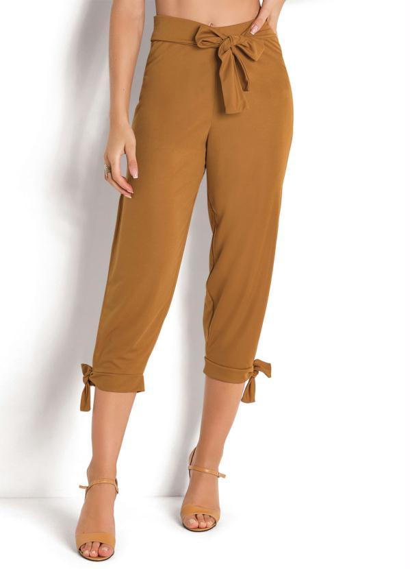 Como usar calças Capri no escritório
