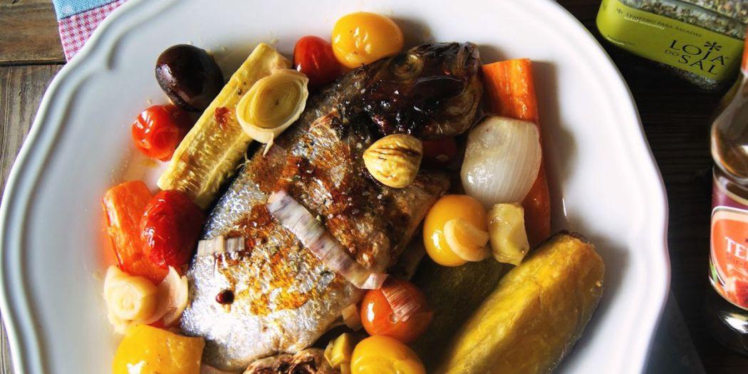 Dourada no forno com legumes e castanhas, em molho teriyaki