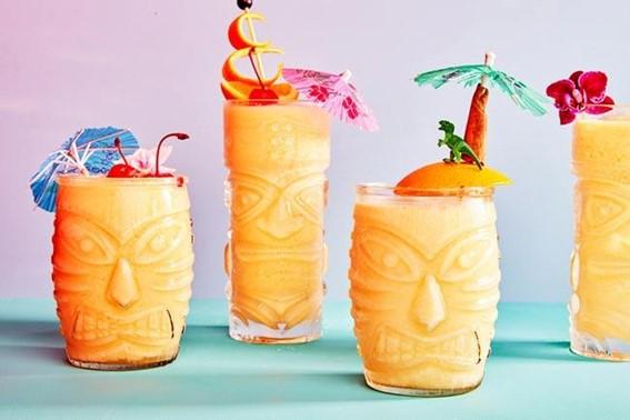 Cocktail de manga laranja com rum e creme de licor de limão