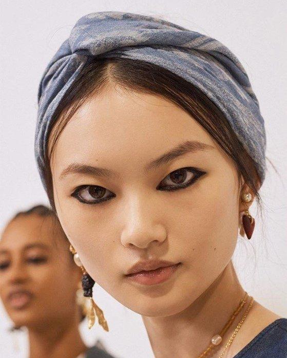 Olhos carregados e lenços na cabeça são a nova aposta da Dior para 2021