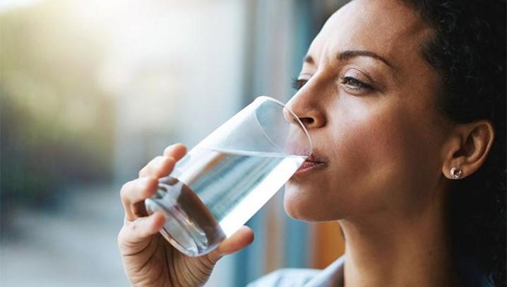 Beber muita água ajuda realmente a perder peso?