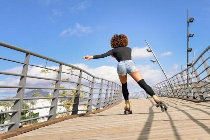 Andar de patins ajuda a emagrecer, tonificar os glúteos e deixar a barriga seca