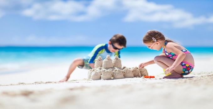 Na praia: 2 coisas que não só pode, como deve fazer com as suas crianças