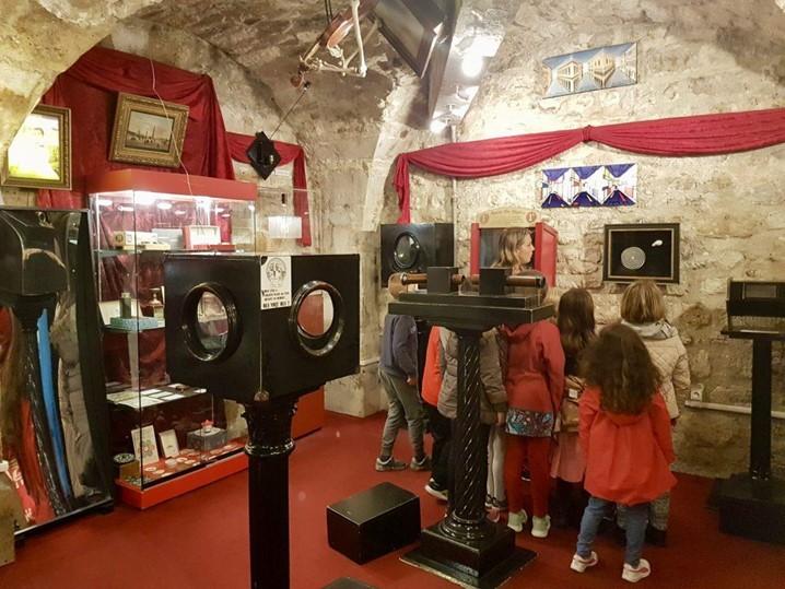 E as crianças? Por que não levá-las a visitar o Museu da Magia para os pequenos, em Paris?