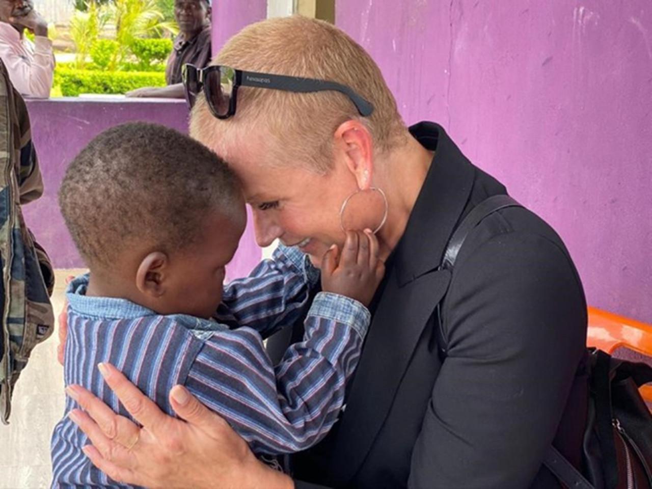 Xuxa aborda em livro, a vida de uma criança Angolana