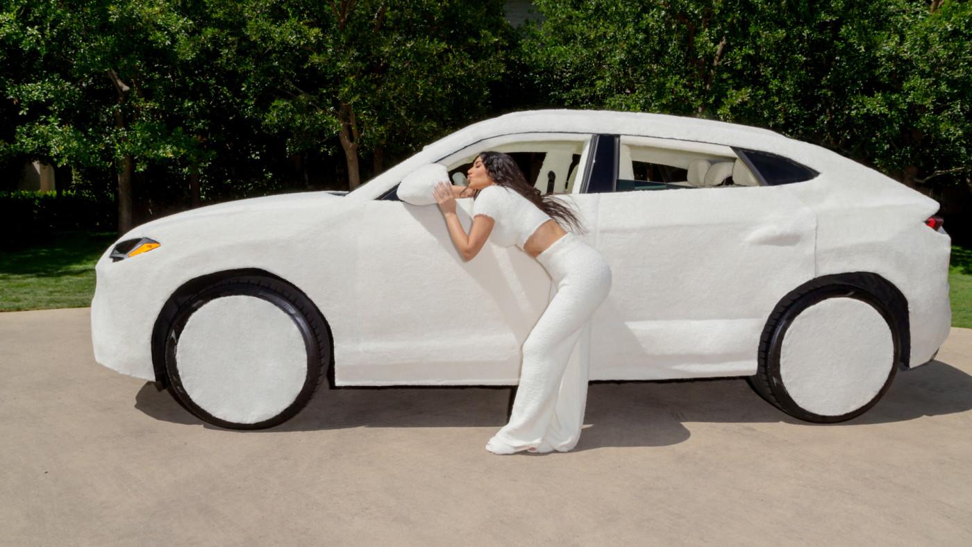 Kim Kardashian cobre seu Lamborghini com tecido de pelúcia