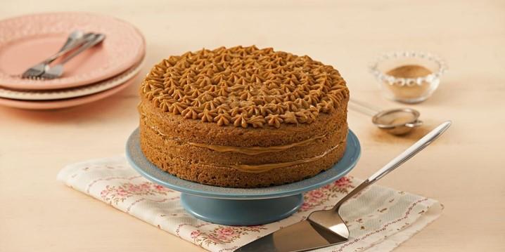Vai um bolo de churros com recheio de doce de leite?