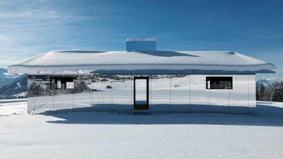 A linda casa Mirage espelhada, nos alpes da Suíça