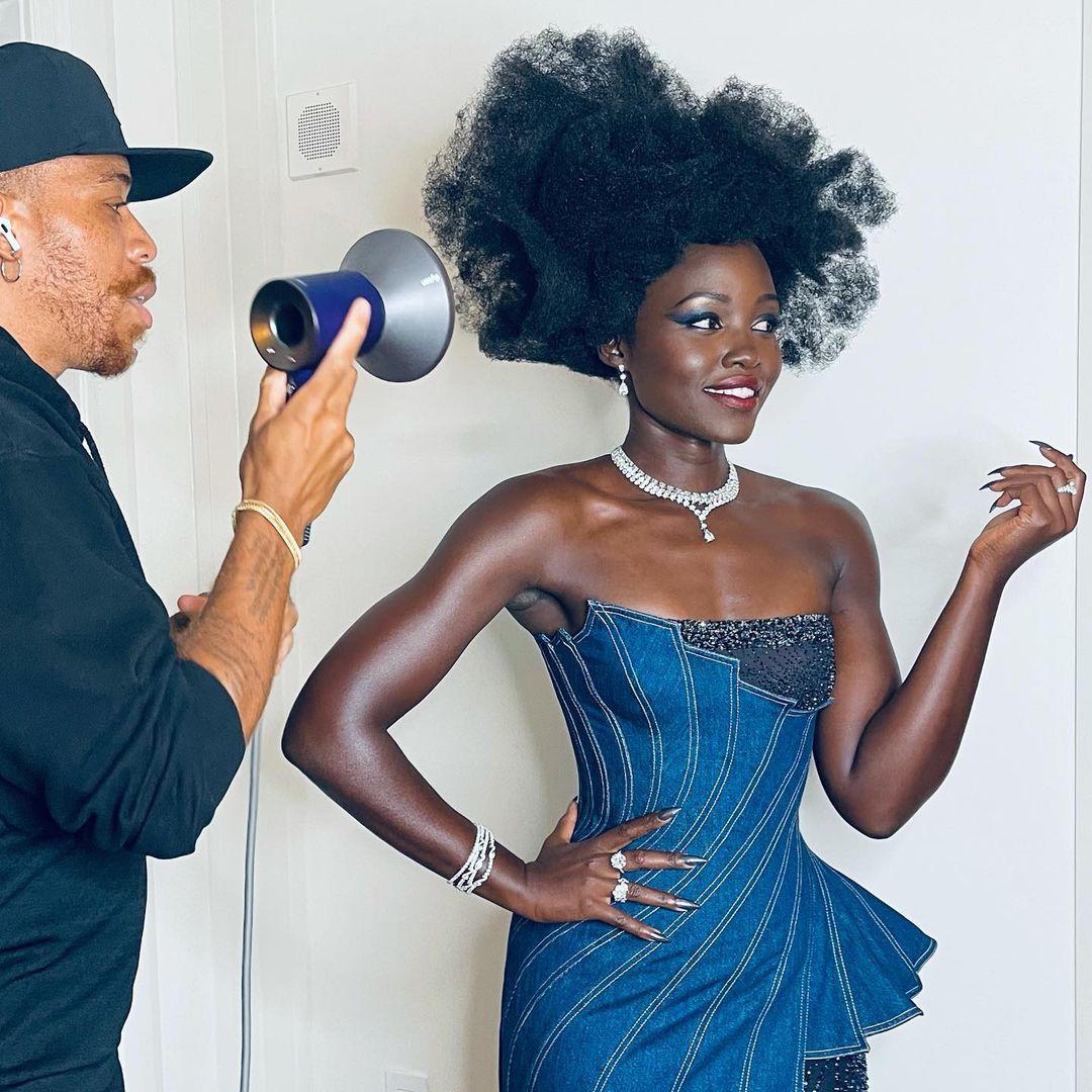 Lupita Nyong'o exibe a arte de Vernon François em cabelos crespos