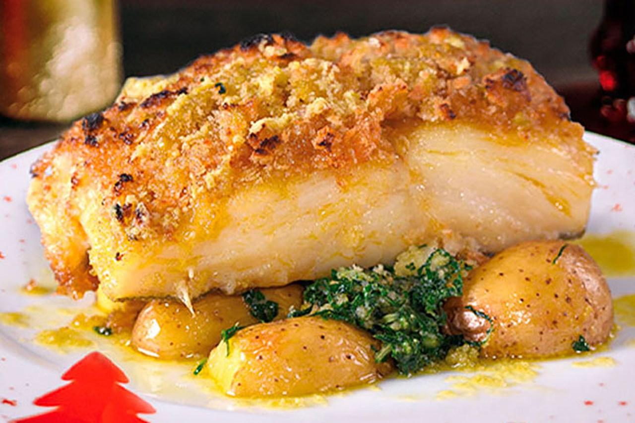 Bacalhau assado com crosta de broa e batatas a murro